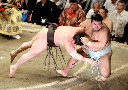 Les deux yokozuna restent au coude à coude