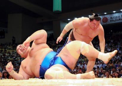 Le yokozuna Hakuho s'est facilement imposé par kotenage face au komusubi Kotoshogiku