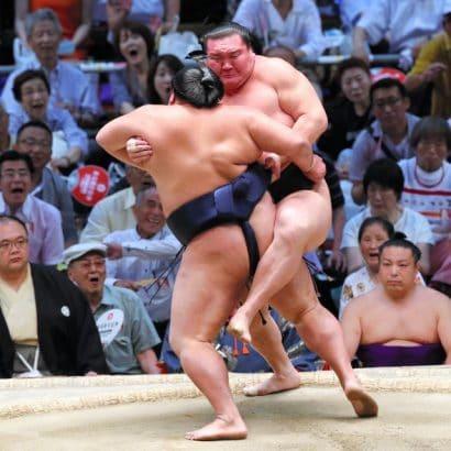 Première défaite pour le yokozuna Hakuho qui s'est incliné face à Mitakeumi.