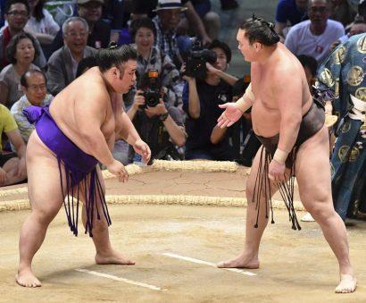 Hakuho reste invaincu avec une victoire durement gagné
