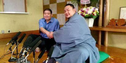 Asanoyama, ici en compagnie de son maître Takasago, fera ses débuts en makuuchi lors de l'Aki basho 2017.
