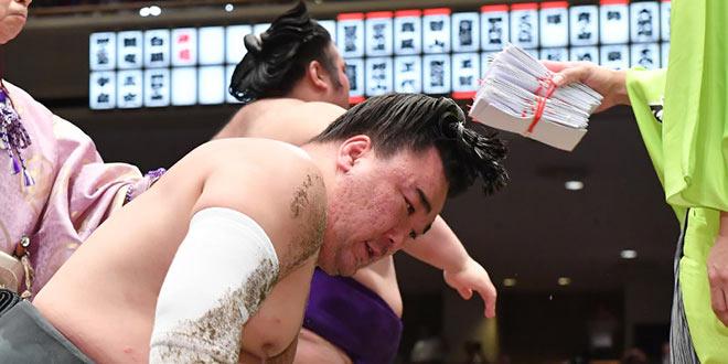 J10 – Takakeisho fait tomber le yokozuna Harumafuji