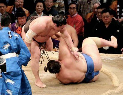 Hakuho continue de creuser l'écart