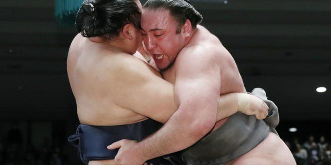 J12 – Tochinoshin stoppe Kakuryu
