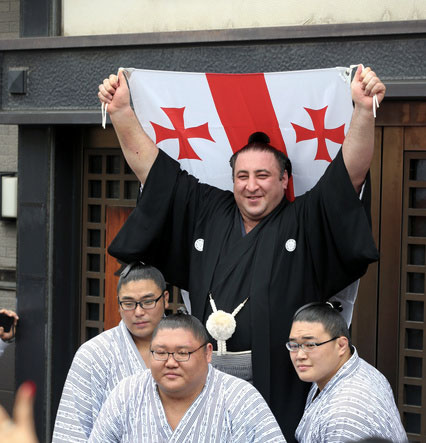 Tochinoshin soulève le drapeau géorgien