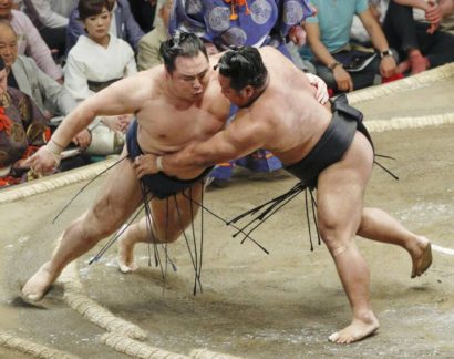 Hakuho invaincu, premier échec pour Kakuryu