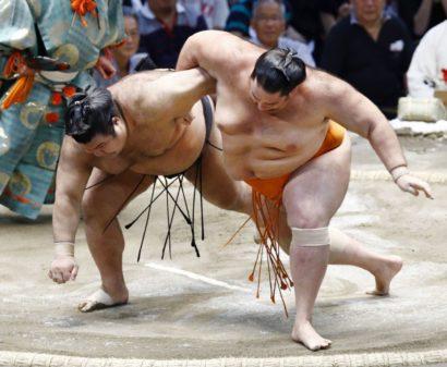 Mitakeumi domine, Takayasu mord la poussière