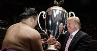 Asanoyama recoit la coupe de Trump