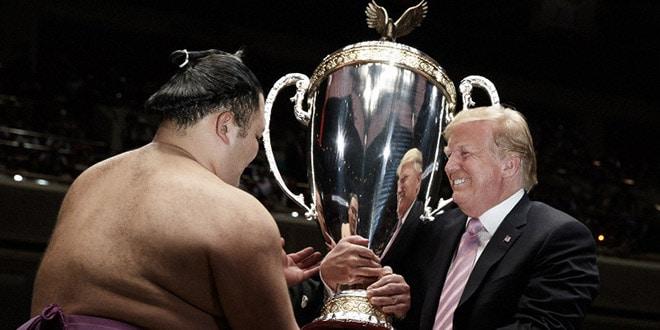 Finale – Le vainqueur Asanoyama reçoit la coupe du président des USA des mains de Donald Trump
