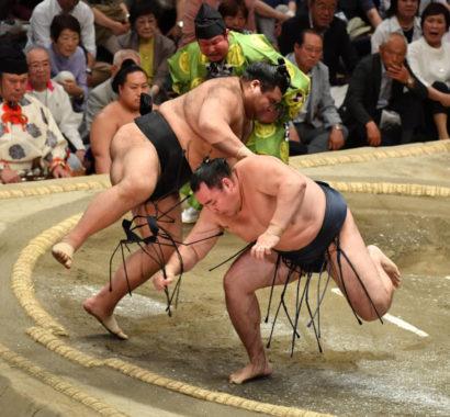 Takayasu évite Kakuryû