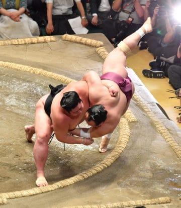 Tsurugisho (à gauche) renverses Takarafuji