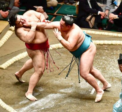 Tamawashi repousse Takayasu