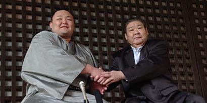 Asanoyama en compagnie de Takasago oyakata