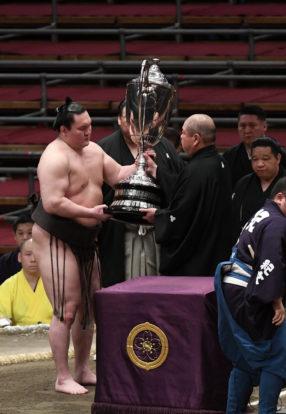 Le yokozuna Hakuhô reçoit sa 44ème coupe de l'Empereur