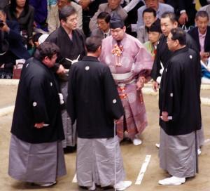 Les shinpan ses réunissent pour discuter de la décision finale