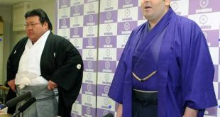Kokkai annonce son intai en compagnie de son oyakata