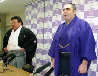 Kokkai avec son oyakata lors de l'annonce de son intai