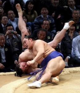 Okinoumi battant le yokozuna Harumafuji