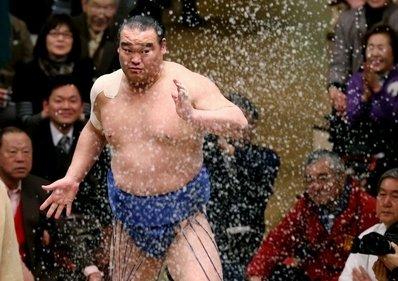 Takamisakari jetant du sel avant son combat