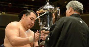 Kakuryu tenant le trophée de la 37ème édition du grand tournoi de sumo