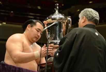 Kakuryû remporte le 37ème grand tournoi de sumô