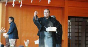 Le sumo Kitataiki jette des haricots pour setsubun