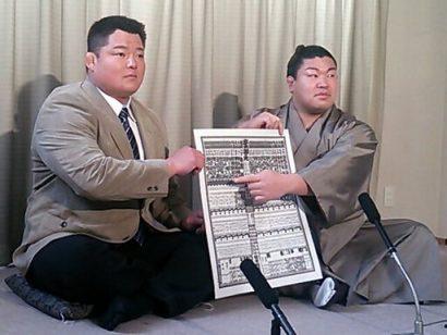Sotairyu avec Tokitsukaze oyakata lors de l'annonce du nouveau banzuke