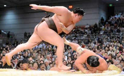 Hakuho prend la tête du tournoi
