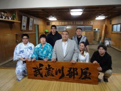 Musashigawa beya avec au centre Musashimaru