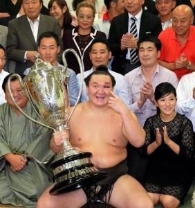 Hakuhô avec son trophée pour son 27ème yûshô
