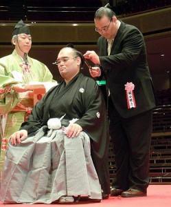Bushuyama se fait couper les cheveux par Takamisakari lors de son intai