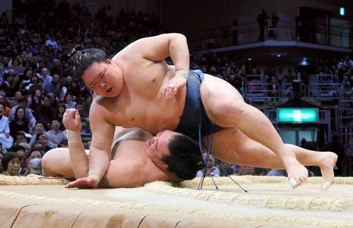 Goeido bat Kisenosato, kachi koshi pour les yokozuna