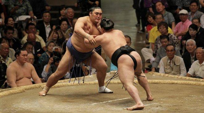Les yokozuna restent au coude à coude : Harumafuji contre Okinoumi