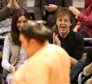 Paul McCartney à Kyûshû bahso pour le tournoi de sumo