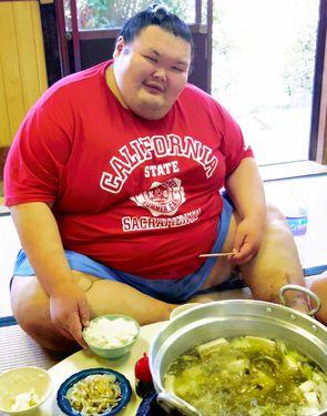Le lutteur de sumo russe Aurora (poids 271 kg) mangeant le chanko nabe
