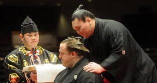 Le yoozuna Hakuhô lors de la cérémonie de danpatsu-shiki de l'ancien ôzeki Baruto