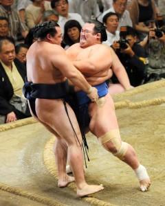 Kakuryû se fait distancer battu par Kotoshogiku