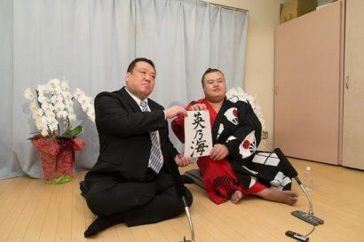 Hidenoumi en compagnie de son oyakata