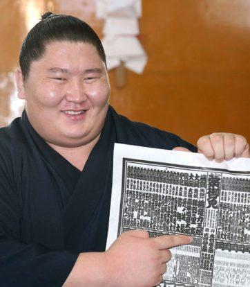 Ichinojo indique son nouveau rang sur le banzuke