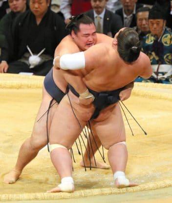 Kakuryû mène le jeu contre Terunofuji
