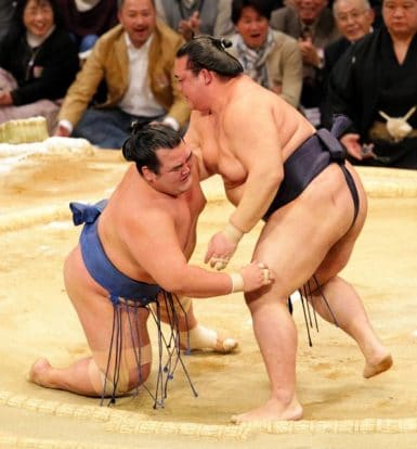 Kisenosato remporte le choc des ôzeki contre Kotoshogiku