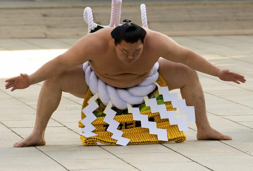 Hakuho effectue le yokozuna dohyo iri au temple Meiji