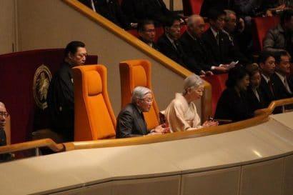 L'Empereur Akihito avec l'impératrice et Kitanoumi
