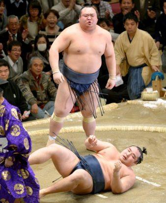 Takarafuji remporte un kinboshi contre Kakuryû