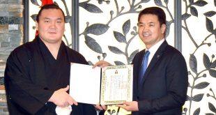 Hakuho reçoit la plus haute distinction mongole
