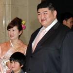 Kotomitsuki avec sa femme et son fils