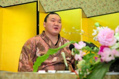 Hakuho évite la controverse sur ses remarqueslors d'une conférence de presse après avoir remporté le Haru basho 2015 à Osaka