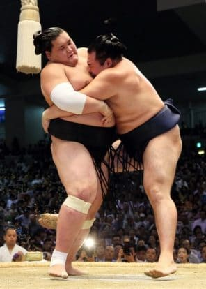 Hakuho et Kakuryu restent leaders en décrochant leur onzième victoire