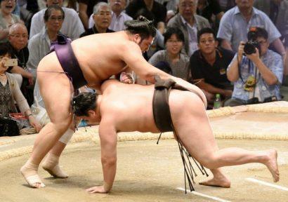 Le sekiwake Tochiozan bat le yokozuna Hakuho