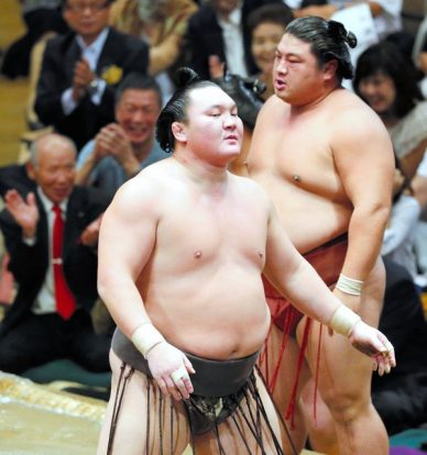 Hakuho après sa défaite. Troisième kinboshi pour Yoshikaze